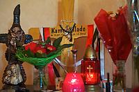 In der Nacht zum 24. Oktober 2010 wurde der 21jaehrige Kamal Kilade im Leipziger &quot;Mueller Park&quot; von den Neonazis Marcus E. und Daniel K. ermordet. Markus E. wurde zu 13 Jahren Haft und Sicherheitsverwahrung verurteilt. Daniel K. wurde zu 3 Jahren Haft verurteilt.<br /> Fuer die Mutter von Kamal ist eine Welt zusammengebrochen und sie kommt auch ueber 1 Jahr nach der Tat noch nicht damit zurecht. Ihren juengsten Sohn laesst sie aus Angst kaum vor die Tuer und die Familie ist zerbrochen.<br /> Im Bild: Ein Altar fuer Kamal im Wohnzimmer.<br /> 20.2.2012, Leipzig<br /> Copyright: Christian-Ditsch.de<br /> [Inhaltsveraendernde Manipulation des Fotos nur nach ausdruecklicher Genehmigung des Fotografen. Vereinbarungen ueber Abtretung von Persoenlichkeitsrechten/Model Release der abgebildeten Person/Personen liegen nicht vor. NO MODEL RELEASE! Nur fuer Redaktionelle Zwecke. Don't publish without copyright Christian-Ditsch.de, Veroeffentlichung nur mit Fotografennennung, sowie gegen Honorar, MwSt. und Beleg. Konto: I N G - D i B a, IBAN DE58500105175400192269, BIC INGDDEFFXXX, Kontakt: post@christian-ditsch.de<br /> Bei der Bearbeitung der Dateiinformationen darf die Urheberkennzeichnung in den EXIF- und  IPTC-Daten nicht entfernt werden, diese sind in digitalen Medien nach &sect;95c UrhG rechtlich geschuetzt. Der Urhebervermerk wird gemaess &sect;13 UrhG verlangt.]