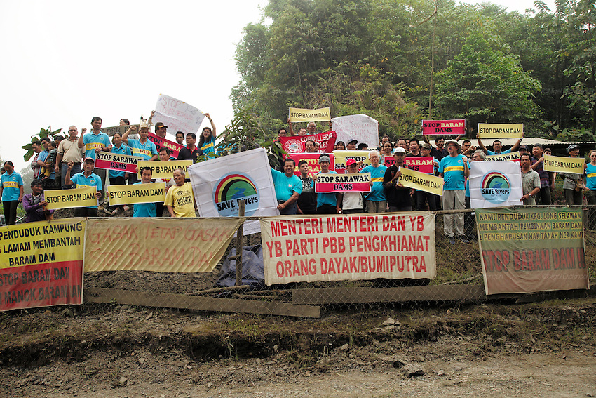 Blockades against the Baram Dam have been a huge success, after years of campaigning and protest, the  Baram Dam in Sarawak has now been shelved. Demonstration at blockade site. Baram Sarawak 2015<br />