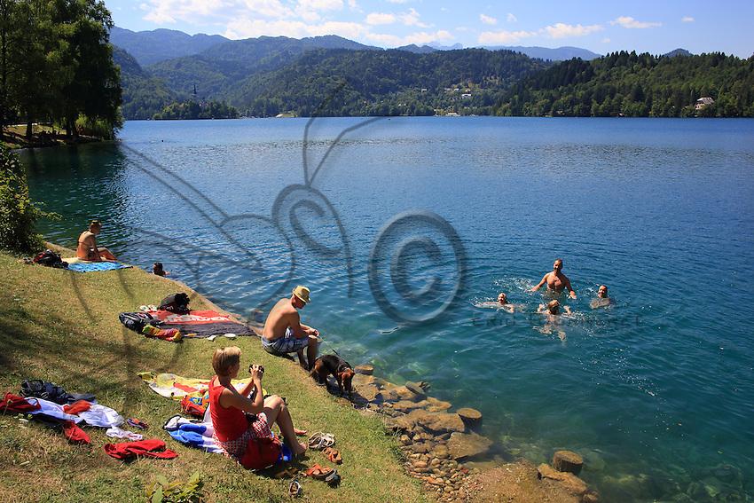 During the tourist season in summer, the banks of Lake Bled are very popular with vacationers. The water is at 25°centigrade.///Pendant la saison touristique de l'été, les rives du lac de Bled sont plébiscitées par les touristes.L'eau est à 25 °