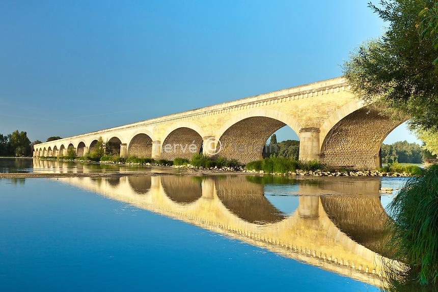 France, Indre-et-Loire (37), Val de Loire classé Patrimoine mondial de l'UNESCO, Avoines, pont qui enjambe la Loire // France, Indre et Loire, Val de Loire listed as World Heritage by UNESCO, Avoine, bridge over the Loire