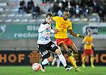 2015-10-24 / voetbal / seizoen 2015-2016 / Oosterzonen - Bocholt / Frederik Spruyt (l) (Bocholt) draait weg bij Fessou Placca (r) (Oosterzonen)