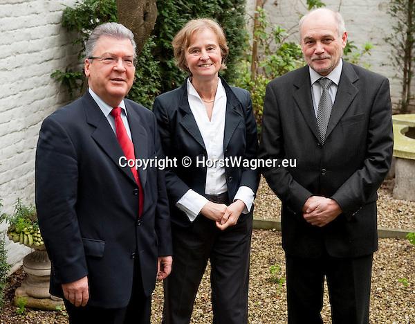 Bruessel-Belgien - 24. Januar 2012 -- Norddeutsche Wissenschaftsminister tagen erstmals in Bruessel - die Sondersitzung der NWMK (Norddeutsche Wissenschaftsministerkonferenz) ist ein Beitrag Norddeutschlands zu den Beratungen um die Meeres- und Maritime Forschung im Horizon2020 Programm sowie den Foerderthemen des Europaeischen Instituts fuer Innovation und Technologie. Sie weist auf die Bedeutung der Ozeane fuer unsere Zukunft hin und verdeutlicht, dass Deutschland bei ihrer Erforschung eine tragende Rolle spielt. KDM (Konsortium Deutsche Meeresforschung) buendelt wissenschaftliche und technische Kompetenzen Deutschlands im Bereich der Meeresforschung - betont aber auch deren Interessen; hier, in der Vertretung der Freien Hansestadt Bremen bei der Europaeischen Union: Dr. Rudolf STROHMEIER (li), Stv. Generaldirektor, GD Forschung, Wissenschaft und Innovation in der EU-Kommission; Prof. Dr. Karin LOCHTE (mi), Vorsitzende Konsortium Deutsche Meeresforschung; Dr. Thomas BEHRENS (re), Abteilungsleiter im Ministerium fuer Bildung, Wissenschaft und Kultur, Mecklenburg-Vorpommern  -- Photo: © HorstWagner.eu