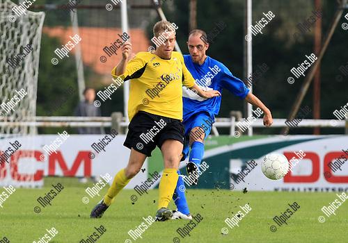 2010-10-17 / Voetbal / seizoen 2010-2011 / KFC Katelijne - Berchem Sport / Ricky Coertjens (Berchem) met Tom Van Dessel (r)..Foto: Mpics