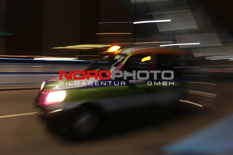 27.07.2012, Tower Bridge, London, GBR, Opening Ceremony, im Bild<br /> Feature London / Taxi / Bus / Cab / Tower Bridge <br /> <br /> (HINWEIS: Dieses Bild wurde mit einer langen Belichtungszeit erstellt)<br /> <br /> Foto &copy; nph / Mueller