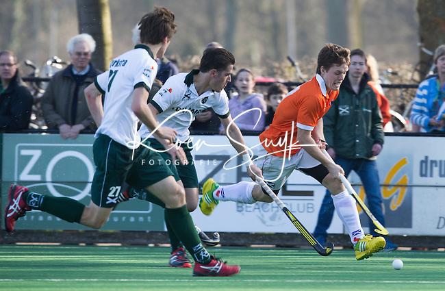 BLOEMENDAAL - Hockey - Tom Boon (r) van Bloemendaal ontwijkt Rotterdam spelers tijdens de competitiewedstrijd tussen de mannen van Bloemendaal en Rotterdam (3-1) . FOTO KOEN SUYK