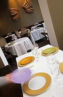 Europe/France/75/ Paris: Restaurant de Jean Pierre Vigato Apicius 20 rue d'Artois le personnel dresse la salle