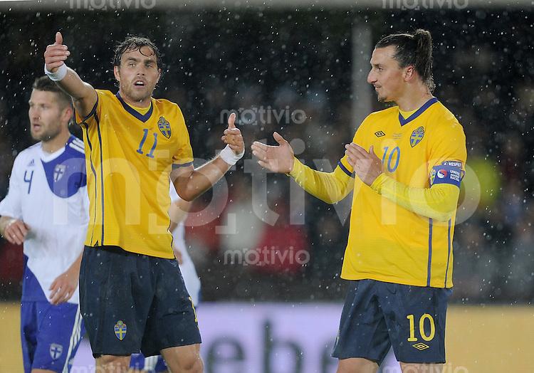 FUSSBALL INTERNATIONAL  EM 2012-Qualifikation  Gruppe E  07.10.2011 Finnland - Schweden Zlatan Ibrahimovic (re, Schweden) diskutiert mit Johan Elmander (Schweden)