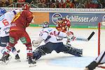 Duesseldorfs Jaedon Descheneau (Nr.14) schiesst, Mannheims Goalie DennisEndras (Nr.44)  streckt sich beim Spiel in der DEL, Duesseldorfer EG (rot) - Adler Mannheim (weiss).<br /> <br /> Foto © PIX-Sportfotos *** Foto ist honorarpflichtig! *** Auf Anfrage in hoeherer Qualitaet/Aufloesung. Belegexemplar erbeten. Veroeffentlichung ausschliesslich fuer journalistisch-publizistische Zwecke. For editorial use only.