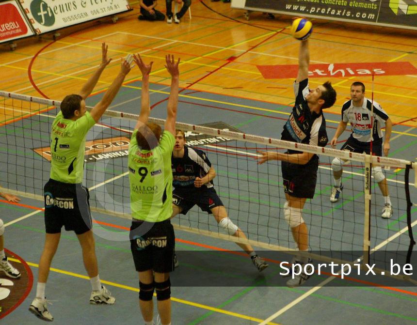 Volley Menen - Knack Randstad Roeselare : Kristof Hoho met de smash over het blok van Chris Lamont (links) en Brian Schouren (midden).foto VDB / BART VANDENBROUCKE