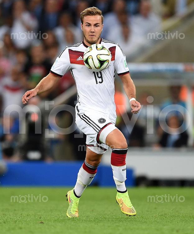 FUSSBALL WM 2014                FINALE Deutschland - Argentinien     13.07.2014 Mario Goetze (Deutschland) am Ball