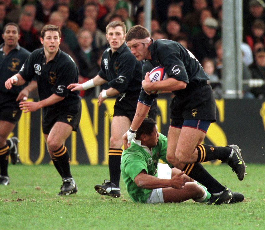 Photo. Richard Lane..Simon Shaw of Wasps on the break watched by team mate's Paul Sampson, Andy Gomarsall and Shane Roiser..Tetley Bitter Cup Quarter Final. London Irish 7 v's Wasps 41. 1/3/98.