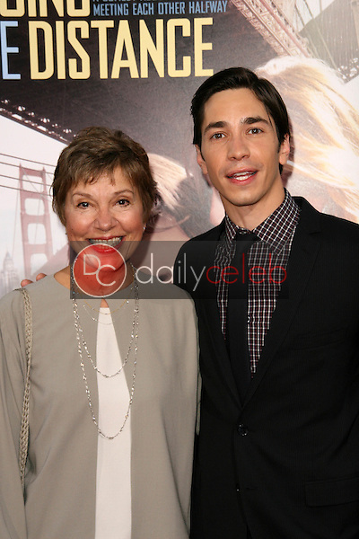 """Justin Long and mother<br /> at the """"Going The Distance"""" Los Angeles Premiere, Chinese Theater, Hollywood, CA. 08-23-10<br /> David Edwards/Dailyceleb.com 818-249-4998"""