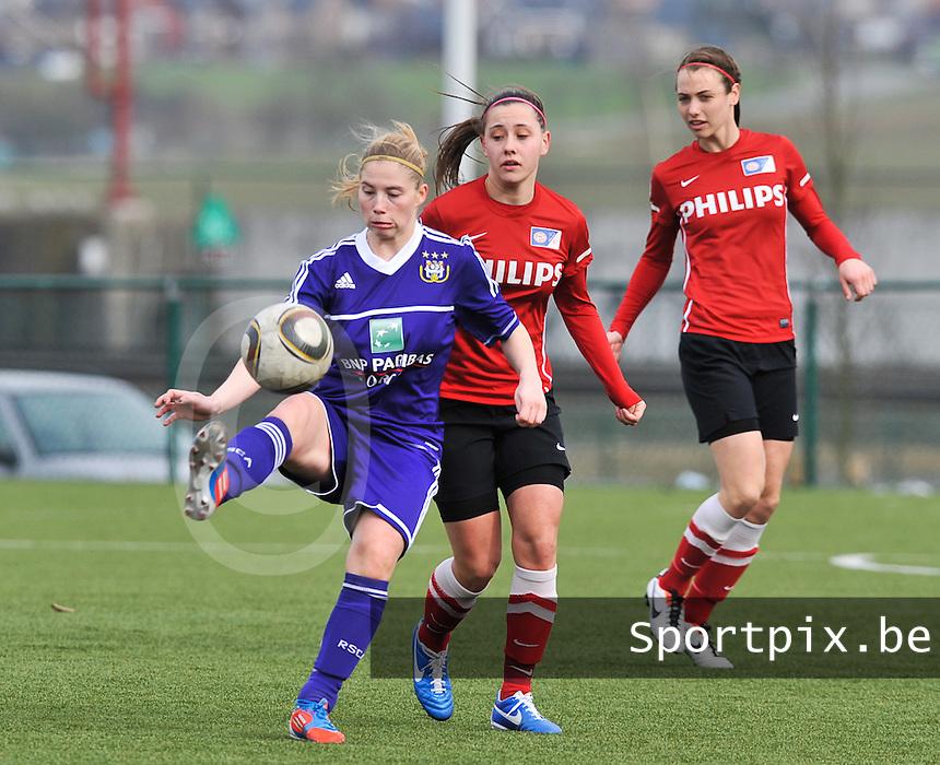 RSC Anderlecht Dames - PSV / FC Eindhoven : Melissa Evers in duel met Jana Coryn (links).foto David Catry / Vrouwenteam.be