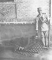 Iran 1930.Iranian soldier with body said to be Simko.Iran 1930.Soldat iranien présentant la depouille mortelle ( ? ) de Simko qui vient d'etre execute