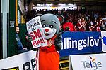 S&ouml;dert&auml;lje 2014-04-22 Basket SM-Semifinal 7 S&ouml;dert&auml;lje Kings - Uppsala Basket :  <br /> Uppsala Basket maskot innan matchen i T&auml;ljehallen med l&ouml;psedel med texten Uppsala till SM-final<br /> (Foto: Kenta J&ouml;nsson) Nyckelord:  S&ouml;dert&auml;lje Kings SBBK Uppsala Basket SM Semifinal Semi T&auml;ljehallen portr&auml;tt portrait maskot