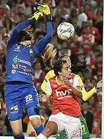 BOGOTÁ -COLOMBIA, 24-06-2017: Melisa Herrera M (Der.) jugadora  de Santa Fe disputa el balón con Daniela Solera (Izq.) arquera del Huila durante el partido de vuelta entre Independiente Santa Fe y Atletico Huila por la final de la Liga Femenina Aguila 2017 jugado en el estadio Nemesio Camacho El Campin de la ciudad de Bogotá. / Melisa Herrera M (R) player of Santa Fe struggles for the ball with Daniela Solera (L) goalkeeper of Huila during second leg match between Independiente Santa Fe and Atletico Huila for the final of Aguila Women League 2017 played at the Nemesio Camacho El Campin Stadium in Bogota city. Photo: VizzorImage/ Gabriel Aponte / Staff