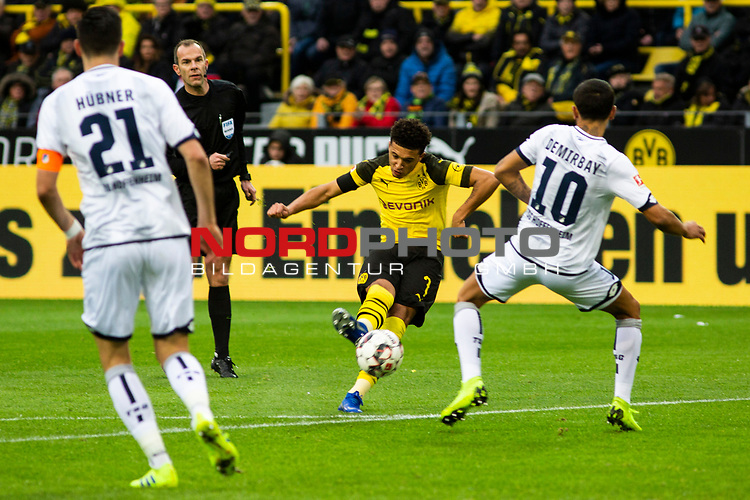 09.02.2019, Signal Iduna Park, Dortmund, GER, 1.FBL, Borussia Dortmund vs TSG 1899 Hoffenheim, DFL REGULATIONS PROHIBIT ANY USE OF PHOTOGRAPHS AS IMAGE SEQUENCES AND/OR QUASI-VIDEO<br /> <br /> im Bild | picture shows:<br /> Torschuss Jadon Sancho (Borussia Dortmund #7),  <br /> <br /> Foto © nordphoto / Rauch