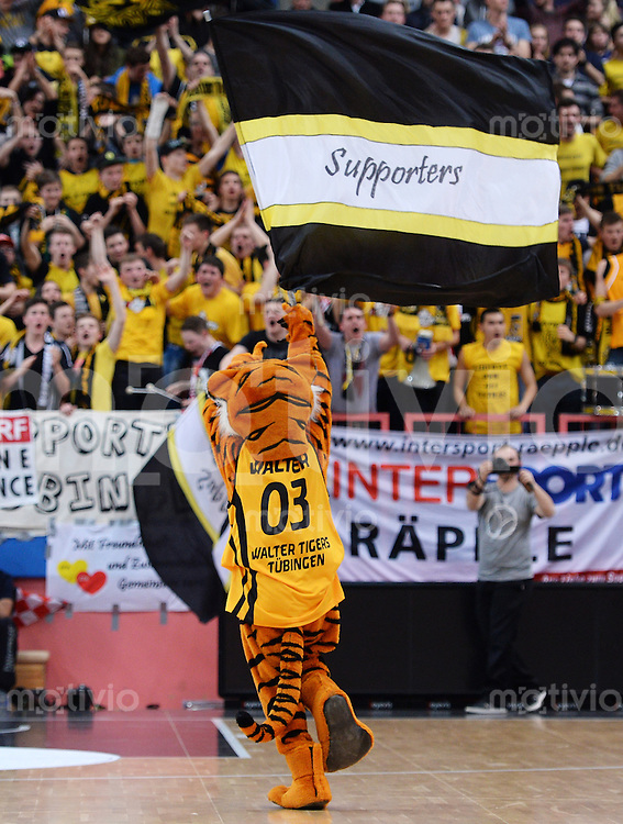 Basketball 1. Bundesliga  2013/2014 Walter Tigers Tuebingen - ratiopharm Ulm      01.03.2014 Tigers Maskottchen Walter mit Supporters Fahne