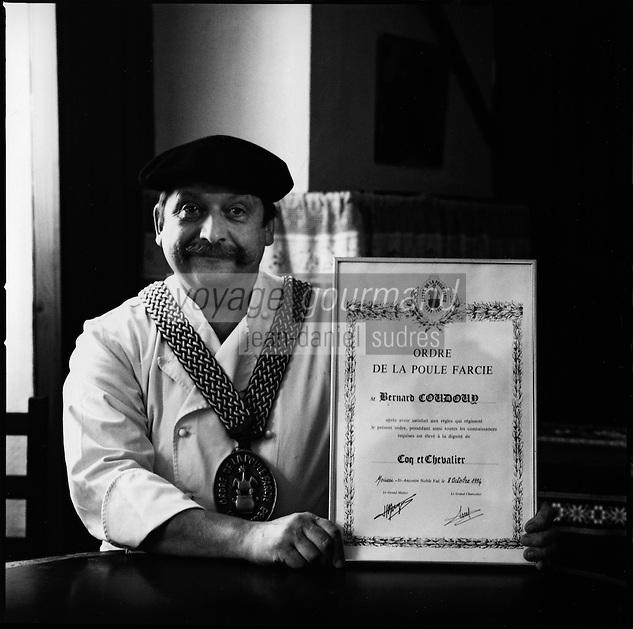 Europe/France/Aquitaine/64/Pyrénées-Atlantiques/ Laruns: Mr Coudouy restaurateur spécialiste de la Poule au pot avec son diplome de l'Ordre de la Poule au Pot