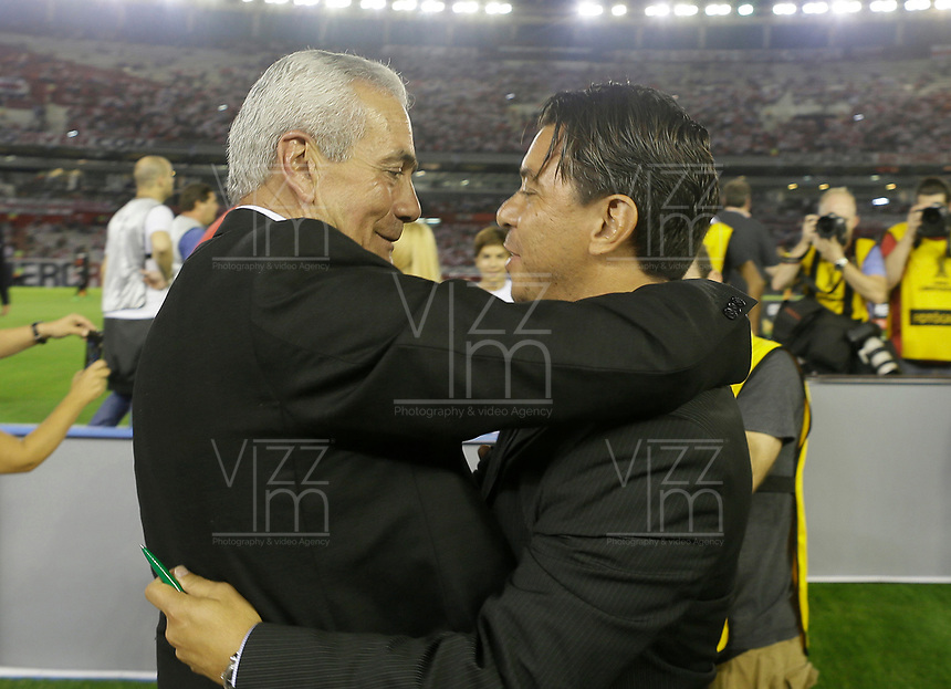 "BUENOS AIRES - ARGENTINA - 05 - 04 - 2018: Marcelo Gallardo (Der.), técnico de River Plate, saluda a Gregorio Perez (Der.) técnico de Independiente Santa Fe, durante partido de la fase de grupos, grupo D, fecha 2, entre River Plate (ARG) y el Independiente Santa Fe, por la Copa Conmebol Libertadores 2018, en el estadio Antonio Vespucio Liberti ""Monumental de River"", de la ciudad Ciudad Autónoma de Buenos Aires. / Marcelo Gallardo (R), coach of River Plate, greets Gregorio Perez (L) coach of Independiente Santa Fe, during a match of the groups phase, group D, 2nd date, beween River Plate (ARG) and Independiente Santa Fe, for the Conmebol Libertadores Cup 2018, at the Antonio Vespucio Liberti ""Monumental de River"", in Ciudad Autónoma de Buenos Aires.  Photo: VizzorImage / Javier Garcia Martino / Photogamma / Cont."