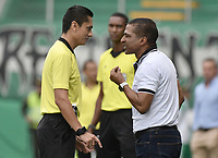 PALMIRA - COLOMBIA, 01-09-2019: Carlos Herrera, arbitro, llama la atención  a Alexis Garcia técnico del Pasto durante partido entre Deportivo Cali y Deportivo Pasto por la fecha 9 de la Liga Águila II 2019 jugado en el estadio Deportivo Cali de la ciudad de Palmira. / Carlos Herrera, referee, call attention to Alexis Garcia coach of Pasto during match between Deportivo Cali and Deportivo Pasto for the date 9 as part Aguila League II 2019 played at Deportivo Cali stadium in Palmira city. Photo: VizzorImage / Gabriel Aponte / Staff
