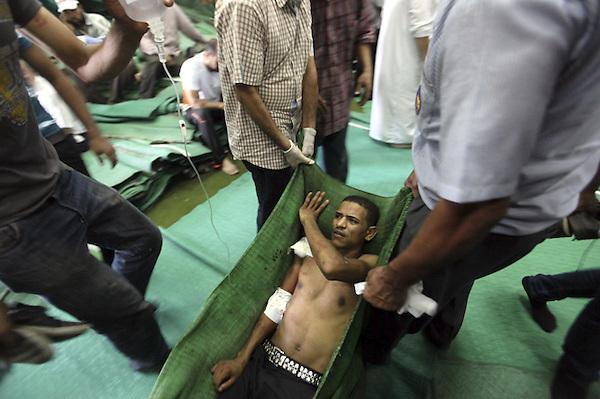 """ASD67 EL CAIRO (EGIPTO) 16/08/2013.- Un simpatizante de los Hermanos Musulmanes y del depuesto presidente egipcio Mohamed Mursi es ayudado tras ser herido durante los enfrentamientos con los miembros de las fuerzas de seguridad, cerca de la plaza Ramsés, en El Cairo (Egipto), hoy, viernes 16 de agosto de 2013, bautizado por los islamistas como """"Viernes de la Ira"""". Más de 30 personas murieron hoy en los choques entre partidarios y detractores de Mursi en el barrio de Ramsés, en el centro de El Cairo, según los Hermanos Musulmanes. EFE/KHALED ELFIQI"""