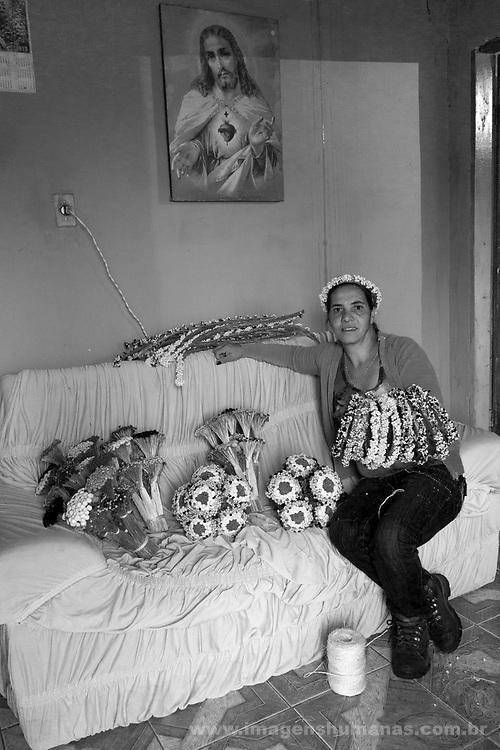 Popula&ccedil;&otilde;es Tradicionais de apanhadores de flores Sempre Vivas situadas na Serra do Espinha&ccedil;o em Diamantina, Minas Gerais.<br /> Popula&ccedil;&otilde;es atingidas pela implanta&ccedil;&atilde;o do Parque Nacional das Sempre Vivas, Parques Estaduais e Unidades de Conserva&ccedil;&atilde;o.<br /> Comunidade Galheiros, composta por apanhadores de flores sempre vivas que realizam a comercializa&ccedil;&atilde;o de produtos artesanais feitos com flores nativas. A atividade &eacute; a principal fonte de renda da comunidade. Ivanete  Borges.