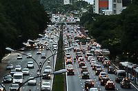 SAO PAULO, SP, 02 DE MAIO DE 2012 - TRANSITO SP - Transito na Avenida 23 de Maio no fim da tarde desta quarta feira, regiao sul da capital. FOTO: ALEXANDRE MOREIRA - BRAZIL PHOTO PRESS