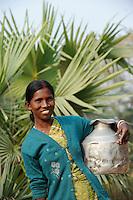 INDIA Westbengal, village Sukna, young woman carry water pot / INDIEN Westbengalen , Lutherischer Weltbund Indien foerdert Projekte zur Bildung u. laendlichen Entwicklung fuer Adivasi und Dalits , Frau Sandhya Orang im Dorf Sukna , sie ist Teilnehmerin im Erwachsenenbildungskurs von LWB Indien