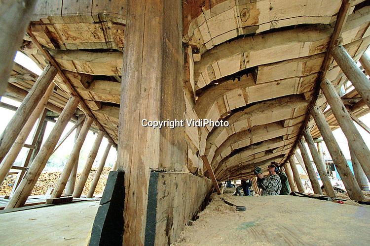 Foto: VidiPhoto..UTRECHT - Hoewel het nog tot 2003 duurt  voordat het Utrechtse Statenjacht te water gelaten wordt, begint het schip inmiddels wel model te krijgen. De historische reconstructie van het schip uit 1746 is opgezet als scholings- en werkgelegenheidsproject. Jaarlijks leren twaalf leerlingen er het vak van scheepsbouwer. De lengte van het zeilschip is 23,5 meter; de breedte 5,5 meter. Het zal straks door gemeente en provincie gebruikt gaan worden voor representatieve doeleinden. De bouwkosten bedragen ruim 7 miljoen gulden.