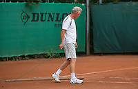 2013,August 21,Netherlands, Amstelveen,  TV de Kegel, Tennis, NVK 2013, National Veterans Tennis Championships,   sweeping the court<br /> Photo: Henk Koster