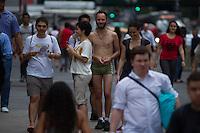 ATENCAO EDITOR IMAGEM EMBARGADA PARA VEICULOS INTERNACIONAIS -  SAO PAULO, SP, 06 DEZEMBRO 2012 - CLIMA TEMPO - FORTE CALOR EM SAO PAULO - Homem caminha de sunga na tarde desta quinta-feira(06), na Av. Paulista região central São Paulo. A tarde prossegue com sol forte e calor na Capital paulista. Segundo as estações meteorológicas automáticas do CGE, os termômetros registram em média 33ºC, entretanto no bairro da Penha, na Zona Leste, a temperatura é ainda mais alta, atingindo os 35,1ºC. (FOTO: AMAURI NEHN / BRAZIL PHOTO PRESS).