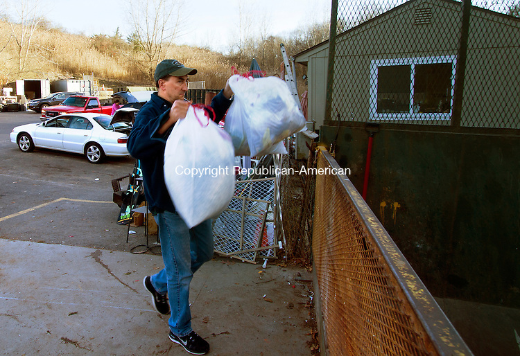 SOUTHBURY, CT - 21 NOVEMBER 2015 -112115JW09.jpg -- Rod Carnes drops off his garbage at the Southbury transfer station Saturday afternoon.  Jonathan Wilcox Republican-American