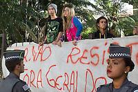 SÃO PAULO,SP, 13.11.2015 - PROTESTO-ESTUDANTES - Estudantes ocupam a Escola Estadual Fernão Dias no bairro de Pinheiros, na zona oeste de São Paulo, em ato contra o fechamento de escolas e o plano de reestruturação do ensino proposto pelo governo Geraldo Alckmin (PSDB) para 2016, na madrugada desta sexta-feira (13). A ocupação já dura mais de 75 horas. (Foto: Douglas Pingituro/Brazil Photo Press)