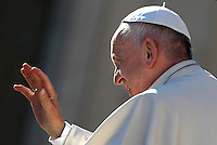 Papa Francesco saluta i fedeli al termine dell'udienza generale del mercoledi' in Piazza San Pietro, Citta' del Vaticano, 16 novembre 2016.<br /> Pope Francis waves to faithful at the end of his weekly general audience in St. Peter's Square at the Vatican,  on November 16, 2016.<br /> UPDATE IMAGES PRESS/Isabella Bonotto<br /> <br /> STRICTLY ONLY FOR EDITORIAL USE