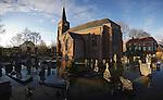 Nederland, 16-01-2011, Hoog water in Kekerdom ( bij Nijmegen) . De begraafplaats naast de kerk is grotendeels onder water gelopen..foto Michael Kooren