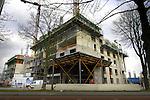UTRECHT - In Utrecht is tijdens de bouw van één van Nederlandse grootste studentenflats, City Campus Max, speciaal een metalen kist over het nabijgelegen wegdek gemaakt een veilige doorgang van het verkeer te garanderen. Het in opdracht van Rabo Vastgoed ontwikkelde complex bestaat uit eeen 70 meter hoge woontoren waarin ruimte is voor 750 studenteneenheden die door de woningbouwcorporaties SSH Utrecht en Bo-Ex worden beheerd. Het door Klunder Architecten ontworpen complex krijgt tevens voor bijna 3000m2 commerciele ruimtes, en 250 starterskoopappartementen. COPYRIGHT TON BORSBOOM