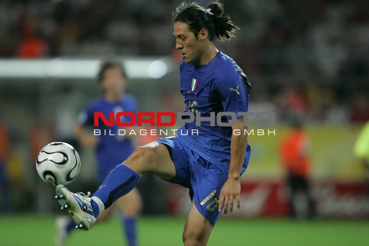 FIFA WM 2006 -  Semi Finals / Halbfinale<br /> Play    #61 (04-Juli) - Deutschland - Italien 0:2 n.V.<br /> <br /> Mauro Camoranesi von Italien in Einzel Aktion.<br /> Mauro Camoranesi stoppt den Ball in der Luft.<br /> <br /> Foto &copy; nordphoto