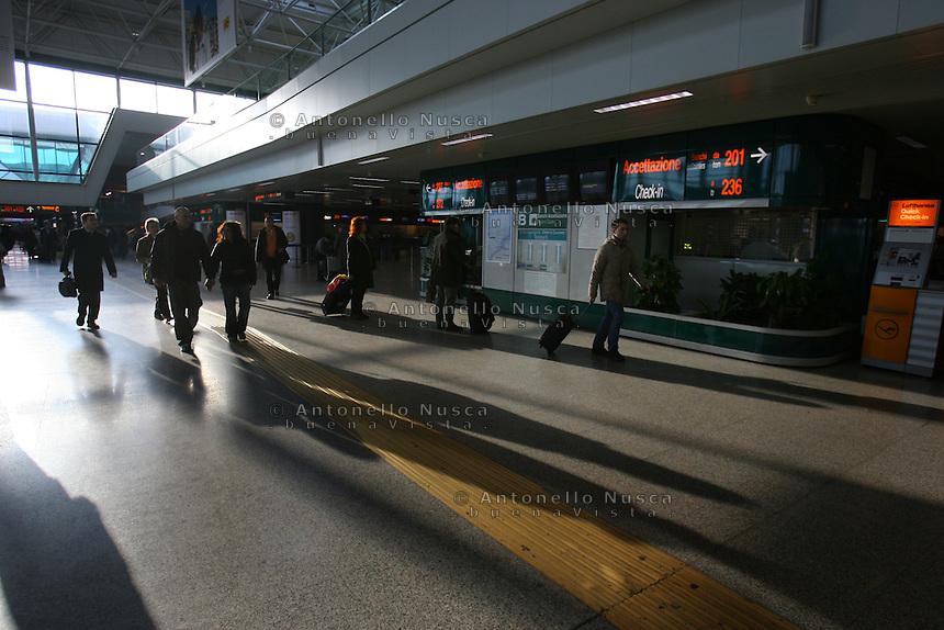Roma, 23 Gennaio 2006. Passeggeri all'aeroporto Leonardo da Vinci durante lo sciopero dei lavoratori Alitalia.