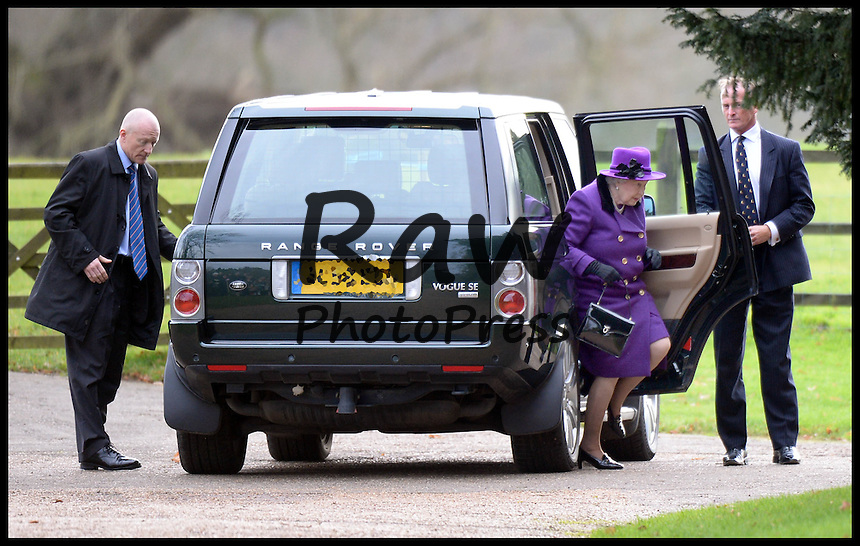 La Reina Isabel ha ido a misa en Sandringham.<br /> <br /> Image &copy;Licensed to i-Images Picture Agency. 21/12/2014. Norfolk, United Kingdom. The Queen is driven back to Sandringham house after attending  Church of St. Mary Magdalene on her Sandringham Estate. Picture by Andrew Parsons / i-Images