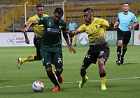 BOGOTA - COLOMBIA - 31 - 07 - 2017: Alejandro Mahecha  (Izq.) jugador de La Equidad disputa el balón con Fredy Flores (Der.) de   Alianza Petrolera, durante partido entre La Equidad y Alianza Petrolera ,  por la fecha 5 de la Liga Aguila II-2017, jugado en el estadio Metropolitano de Techo de la ciudad de Bogota. / Alejandro Mahecha (L) player of La Equidad vies for the ball with Frdey Flores (R) of  Alianza Petrolera, during a match between La Equidad and Alianza Petrolera, for the  date 5nd of the Liga Aguila II-2017 at the Metropolitano de Techo Stadium in Bogota city, Photo: VizzorImage  /Felipe Caicedo / Staff.