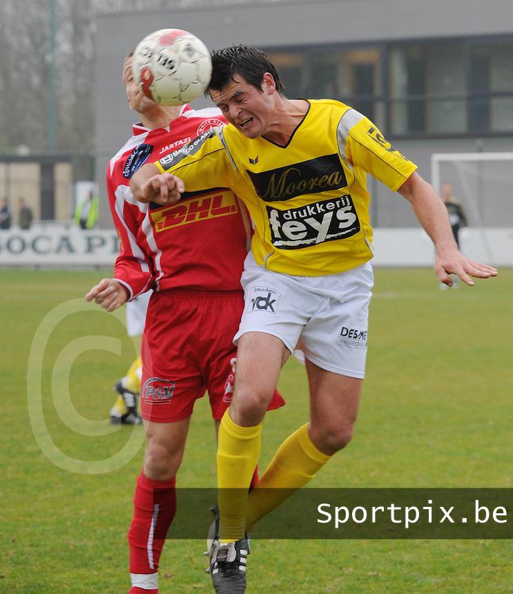 SC Wielsbeke - White Star Woluwe..Nicolas Seys (rechts) wint het kopduel van Grégory Bilstein (links)..foto David Catry / VDB