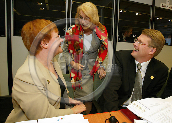 BRUSSELS - BELGIUM - 16 OCTOBER 2003-- EU-Summit hosted by the Italian Precidency. --The Finnish President Tarja HALONEN (L) and the Finnish Prime Minister Matti VANHANEN talking to the Swedish Minister of Foreign Affairs Laila FREIVALDS(C).  -- PHOTO:  JUHA ROININEN / EUP-IMAGES