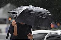 SAO PAULO, 02 DE JUNHO DE 2013 - CLIMA TEMPO - SAO PAULO- Chuva atinge a capital, na Avenida Paulista na manha deste domingo, 02. (FOTO: ALEXANDRE MOREIRA / BRAZIL PHOTO PRESS)
