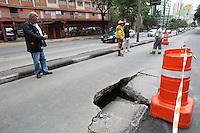 SAO PAULO, SP, 17/10/2013, SOLAPAMENTO. A Av. 9 de Julho altura do numero 1.900, esta com a faixa de onibus interditada no sentido a regiao central de Sao Paulo, devido a um solap[amento. Em consequencia disso o viaduto 9 de Julho tambem esta interditado. LUIZ GUARNIERI/ BRAZIL PHOTO PRESS