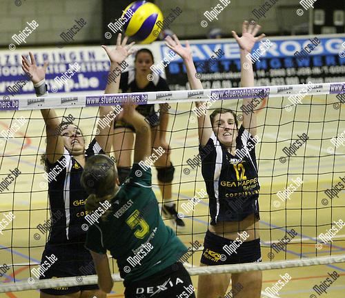 2009-10-17 / Volleybal / seizoen 2009-2010 / Amigos Zoersel - Hermes Oostende / Vermeulen en Martinus (r) proberen Verrelst van Oostende af te stoppen..Foto: mpics