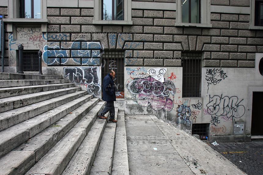 Roma, Febbraio 2011. Degrado nella citt&agrave; eterna.<br /> A Roma decine di arresti e perquisizioni hanno dato il via a un nuovo scandalo di tangenti che ha visto coinvolti personaggi dello spettacolo, della politica e dello sport Italiani. Questo nuovo caso di corruzione va a colpire ancora di pi&ugrave; una citt&agrave; gi&agrave; ferita da una amministrazione disastrosa.<br /> Rome is increasingly falling down<br /> A toxic mix of mafia gangsters, corrupt politicians and a one-eyed former terrorist made millions in Rome by exploiting migrants and gipsies, it emerged in a scandal that has seriously shaken the capital's faith in its leaders.