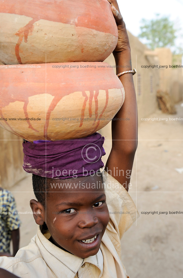 MALI Djenne, boy carry clay pots on the head to the market / MALI Djenne, Junge traegt Tonkruege auf dem Kopf zum Markt
