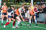 HUIZEN  -   Willemijn Bos (Gro) met Amber Folmer (HUI)  , hoofdklasse competitiewedstrijd hockey dames, Huizen-Groningen (1-1)   COPYRIGHT  KOEN SUYK