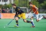 BLOEMENDAAL -  Austin Smith (Den Bosch) met Florian Fuchs (Bldaal)    tijdens de hoofdklasse competitiewedstrijd hockey heren,  Bloemendaal-Den Bosch (2-1).    COPYRIGHT KOEN SUYK